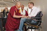 Его Святейшество Далай-лама здоровается со своим почитателем, прикованным к инвалидному креслу, в Массачусетской технологическом институте в Кембридже. Штат Массачусетс, США. 31 октября 2014 г. Фото: Fredo Durand