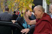 Его Святейшество Далай-лама машет на прощание рукой своим почитателям, покидая Массачесетский технологический институт. Кембридж, штат Массачусетс, США. 31 октября 2014 г. Сонам Зоксанг