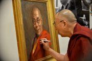 Его Святейшество Далай-лама расписывается на своем портрете во время визита в Бостон. Штат Массачусетс, США. 31 октября 2014 г. Фото: Сонам Зоксанг