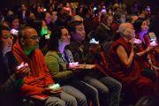 Слушатели в зале держат в руках светящиеся лотосы в качестве подношения во время учений Его Святейшества Далай-ламы. США, Нью-Йорк. 2 ноября 2014 г. Фото: Сонам Зоксанг