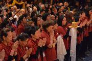 Слушатели в зале совершают подношение мандалы по окончании учений Его Святейшества Далай-ламы в Манхэттен-центре. США, Нью-Йорк. 2 ноября 2014 г. Фото: Сонам Зоксанг
