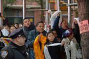 На улице у здания Манхэттен-центра Его Святейшество Далай-ламу приветствовали его почитатели и последователи. США, Нью-Йорк. 2 ноября 2014 г. Фото: Сонам Зоксанг