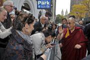 Его Святейшество Далай-лама здоровается с людьми, приветствующими его у входа в Джавитс-центр, куда он прибыл на встречу с тибетцами, живущими в США. Нью-Йорк, США. 5 ноября 2014 г. Фото: Сонам Зоксанг