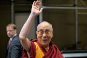 Его Святейшество Далай-лама машет на прощание рукой, покидая Джавитс-центре после встречи с тибетцами, живущими в США. Нью-Йорк, США. 5 ноября 2014 г. Фото: Сонам Зоксанг