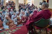 Его Святейшество Далай-лама отвечает на вопросы в завершение трехдневных учений, которые он даровал по просьбе буддистов из Кореи. Дхарамсала, Индия. 13 ноября 2014 г. Фото: Тензин Чойджор (офис ЕСДЛ)