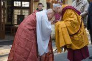 Его Святейшество Далай-лама и досточтимый Джин-Ок приветствуют друг друга у входа в главный буддийский храм в Дхарамсале перед началом второго дня трехдневных учений. Дхарамсала, Индия. 12 ноября 2014 г. Фото: Тензин Чойджор (офис ЕСДЛ)