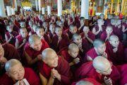 Тибетские монахини ожидают Его Святейшество Далай-ламу во дворе главного буддийского храма перед началом третьего дня трехдневных учений. Дхарамсала, Индия. 13 ноября 2014 г. Фото: Тензин Чойджор (офис ЕСДЛ)