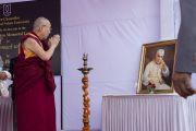 Его Святейшество Далай-лама перед портретом Джавахарлала Неру перед началом одиннадцатой мемориальной лекции в память о нем. Дели, Индия. 20 ноября 2014 г. Фото: Тензин Чойджор (офис ЕСДЛ)