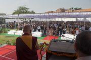 Его Святейшество Далай-лама приветствует аудиторию перед началом одиннадцатой мемориальной лекции в память о Джавахарлале Неру. Дели, Индия. 20 ноября 2014 г. Фото: Тензин Чойджор (офис ЕСДЛ)