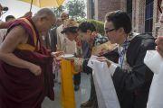 Тибетские студенты университета им. Джавахарлала Неру встречают Его Святейшество Далай-ламу традиционными подношениями. Дели, Индия. 20 ноября 2014 г. Фото: Тензин Чойджор (офис ЕСДЛ)