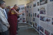 Его Святейшество Далай-лама осматривает выставку, посвященную Тибету и тибетскому сообществу в эмиграции, во время посещения университета им. Джавахарлала Неру. Дели, Индия. 20 ноября 2014 г. Фото: Тензин Чойджор (офис ЕСДЛ)