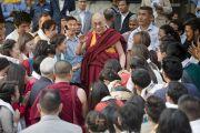 Перед отъездом из университета им. Джавахарлала Неру Его Святейшество Далай-лама желает успехов тибетским студентам университета. Дели, Индия. 20 ноября 2014 г. Фото: Тензин Чойджор (офис ЕСДЛ)