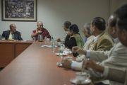 Его Святейшество Далай-лама на встрече с преподавателями университета им. Джавахарлала Неру. Дели, Индия. 20 ноября 2014 г. Фото: Тензин Чойджор (офис ЕСДЛ)