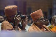 Во время выступления Его Святейшества Далай-ламы на открытии 1-го Всемирного индуистского конгресса. Дели, Индия. 21 ноября 2014 г. Фото: Тензин Чойджор (офис ЕСДЛ)