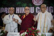 Мохан Мадхукар Бхагават, Его Святейшество Далай-лама и Ашок Сингхал на открытии 1-го Всемирного индуистского конгресса. Дели, Индия. 21 ноября 2014 г. Фото: Тензин Чойджор (офис ЕСДЛ)