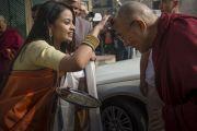 Его Святейшество Далай-ламу встречают на 1-м Всемирном индуистском конгрессе. Дели, Индия. 21 ноября 2014 г. Фото: Тензин Чойджор (офис ЕСДЛ)
