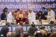 На открытии 1-го Всемирного индуистского конгресса Его Святейшеству Далай-ламе вручили почетную грамоту в память об этом событии. Дели, Индия. 21 ноября 2014 г. Фото: Тензин Чойджор (офис ЕСДЛ)