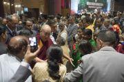Его Святейшество Далай-лама здоровается с делегатами по завершении торжественного открытия 1-го Всемирного индуистского конгресса. Дели, Индия. 21 ноября 2014 г. Фото: Тензин Чойджор (офис ЕСДЛ)