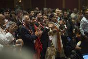 Слушатели рукоплещут Его Святейшеству Далай-ламе по окончании его выступления на открытии 1-го Всемирного индуистского конгресса. Дели, Индия. 21 ноября 2014 г. Фото: Тензин Чойджор (офис ЕСДЛ)