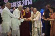 Его Святейшество Далай-лама и другие почетные гости зажигают ритуальный светильник в ознаменование начала работы 1-го Всемирного индуистского конгресса. Дели, Индия. 21 ноября 2014 г. Фото: Тензин Чойджор (офис ЕСДЛ)