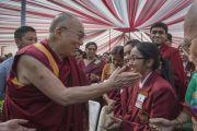 Его Святейшество Далай-лама с учениками школы Спрингдейлз после того, как ответил на их вопросы. Дели, Индия. 22 ноября 2014 г. Фото: Тензин Чойджор (офис ЕСДЛ)