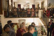 """Его Святейшество Далай-лама приветствует своих поклонников в гостинице """"Империал"""", куда он прибыл на мероприятие, организованное центром """"Ананта Аспен"""". Дели, Индия. 22 ноября 2014 г. Фото: Тензин Чойджор (офис ЕСДЛ)"""