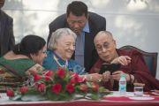 90-летняя основательница школы Спрингдейлз Раджни Кумар показывает Его Святейшеству Далай-ламе фотографии во время его встречи с преподавателями школы. Дели, Индия. 22 ноября 2014 г. Фото: Тензин Чойджор (офис ЕСДЛ)