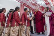 Его Святейшество Далай-лама приветствует участников школьного хора школы Спрингдейлз перед началом встречи с учениками и преподавателями. Дели, Индия. 22 ноября 2014 г. Фото: Тензин Чойджор (офис ЕСДЛ)