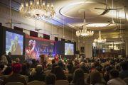 """Его Святейшество Далай-лама приветствует аудиторию перед началом своей речи на мероприятии, организованном центром """"Ананта Аспен"""". Дели, Индия. 22 ноября 2014 г. Фото: Тензин Чойджор (офис ЕСДЛ)"""
