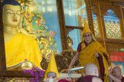 Его Святейшество Далай-лама занимает свое место на троне перед началом торжественной церемонии открытия конференции, посещенной 600-летию дарования Чже Цонкапой четырехчастного комментария к Гухьясамаджа-тантре, в тантрическом университете Гьюто. Сидхбари, штат Химачал-Прадеш, Индия. 29 ноября 2014 г. Фото: Тензин Чойджор (офис ЕСДЛ)