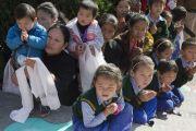 Тибетцы собрались, чтобы проводить Его Святейшество Далай-ламу по окончании его визита в тантрический университет Гьюто. Сидхбари, штат Химачал-Прадеш, Индия. 29 ноября 2014 г. Фото: Тензин Чойджор (офис ЕСДЛ)