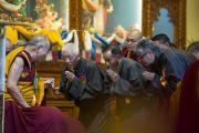 Почетные гости благодарят Его Святейшество Далай-ламу за выступление на торжественном открытии конференции, посвященной 600-летию дарования Чже Цонкапой четырехчастного комментария к Гухьясамаджа-тантре, в тантрическом университете Гьюто. Сидхбари, штат Химачал-Прадеш, Индия. 29 ноября 2014 г. Фото: Тензин Чойджор (офис ЕСДЛ)