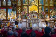 Его Святейшество Далай-лама выступает с речью на конференции, посвященной 600-летию дарования Чже Цонкапой четырехчастного комментария к Гухьясамаджа-тантре, в тантрическом университете Гьюто. Сидхбари, штат Химачал-Прадеш, Индия. 29 ноября 2014 г. Фото: Тензин Чойджор (офис ЕСДЛ)