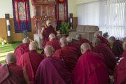 Его Святейшество Далай-лама на встрече со старшими монахами во время посещения тантрического университета Гьюто. Сидхбари, штат Химачал-Прадеш, Индия. 29 ноября 2014 г. Фото: Тензин Чойджор (офис ЕСДЛ)