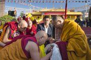 Его Святейшество Далай-лама встречают в тантрическом университете Гьюто, куда он прибыл на конференцию, посвященную 600-летию дарования Чже Цонкапой четырехчастного комментария к Гухьясамаджа-тантре. Сидхбари, штат Химачал-Прадеш, Индия. 29 ноября 2014 г. Фото: Тензин Чойджор (офис ЕСДЛ)