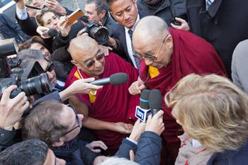 Далай-лама прибыл в Рим для участия в четырнадцатой встрече лауреатов Нобелевской премии мира