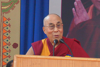 В университете Тумкура Далай-лама принял участие в торжественном открытии конференции «Этика в новом тысячелетии»