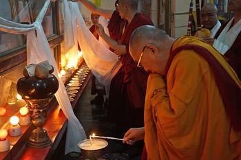 В начале третьего дня учений на юге Индии Далай-лама торжественно открыл общежитие для монгольских монахов и новый затворный центр Ело Ринпоче