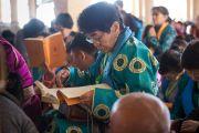 Монголын сүсэгтнүүд Дээрхийн Гэгээнтний айлдварыг даган уншиж байна. Энэтхэг, Дарамсала. 2014.12.02. Зургийг Тэнзин Чойжор (ДЛО)
