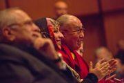 Его Святейшество Далай-лама слушает первые выступления на 14-м Всемирном саммите лауреатов Нобелевской премии мира. Рим, Италия. 12 декабря 2014 г. Фото: Paolo Tosti