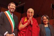 Его Святейшество Далай-лама и мэр Рима Иньяцио Марино и мэр Кейптауна Патрисия Делилль в начале первой сессии 14-го Всемирного саммита лауреатов Нобелевской премии мира. Рим, Италия. 12 декабря 2014 г. Фото: Olivier Adams