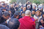 Его Святейшество Далай-лама общается со своими поклонниками по завершении первого дня работы 14-го Всемирного саммита лауреатов Нобелевской премии мира. 12 декабря 2014 г. Фото: Джереми Рассел (офис ЕСДЛ)