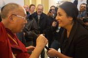 Его Святейшество Далай-лама беседует с журналисткой на выходе из гостиницы, перед тем как отправиться на заключительный день всемирного саммита лауреатов Нобелевской премии мира. Рим, Италия. 14 декабря 2014 г. Фото: Джереми Рассел (офис ЕСДЛ)