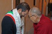 Его Святейшество Далай-лама благодарит мэра Рима Иньясио Марино по завершении всемирного саммита лауреатов Нобелевской премии мира. Рим, Италия. 14 декабря 2014 г. Фото: Джереми Рассел (офис ЕСДЛ)
