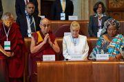 В начале заключительной сессии всемирного саммита лауреатов Нобелевской премии мира присутствующие почтили минутой молчания память жертв вируса эбола в Африке. Рим, Италия. 14 декабря 2014 г. Фото: Джереми Рассел (офис ЕСДЛ)
