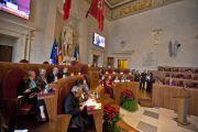 Его Святейшество Далай-лама и другие участники всемирного саммита лауреатов Нобелевской премии мира в зале Юлия Цезаря в мэрии города на заключительной сессии форума. Рим, Италия. 14 декабря 2014 г. Фото: Paolo Tosti