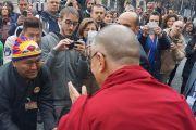 Его Святейшество Далай-лама общается со своими поклонниками по завершении всемирного саммита лауреатов Нобелевской премии мира. Рим, Италия. 14 декабря 2014 г. Фото: Джереми Рассел (офис ЕСДЛ)