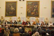 Его Святейшество Далай-лама и другие участники саммита лауреатов Нобелевской премии мира на пресс-конференции по окончании работы форума. Рим, Италия. 14 декабря 2014 г. Фото: Paolo Tosti