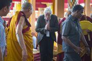 Его Святейшество Далай-лама здоровается со своим давним другом - актером Ричардом Гиром в начале первого дня учений по 18 коренным текстам и комментариям традиции Ламрим в монастыре Ганден Джангце. Мундгод, Индия. 23 декабря 2014 г. Фото: Тензин Чойджор (офис ЕСДЛ)