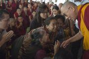 Его Святейшество Далай-лама приветствует слушателей в первый день учений по 18 коренным текстам и комментариям традиции Ламрим в монастыре Ганден Джангце. Мундгод, Индия. 23 декабря 2014 г. Фото: Тензин Чойджор (офис ЕСДЛ)
